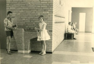 1959_Pausenhalle mit Trinkstein